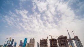 Konstruktion av en ny skyskrapa i bakgrunden av centret av Dubai lager videofilmer