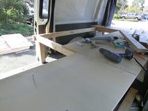 Konstruktion av en säng i ett campervan arkivfoton