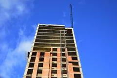 Konstruktion av en skyskrapamonolit Royaltyfria Foton