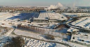 Konstruktion av en stor fabrik i vintern, sikt av en stor fabrik från luften En modern fabriks- eller reklamfilmbyggnad stock video