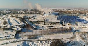 Konstruktion av en stor fabrik i vintern, sikt av en stor fabrik från luften En modern fabriks- eller reklamfilmbyggnad arkivfilmer