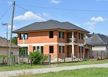 Konstruktion av ett nytt familjhus arkivbild