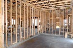 Konstruktion av ett nytt hem som byggs arkivbild