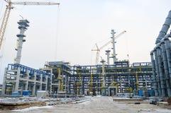 Konstruktion av ett nytt oljeraffinaderi, den petrokemiska växten med hjälpen av stor byggnad sträcker på halsen royaltyfria foton