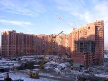 Konstruktion av ett storskaligt modernt bostads- komplex i Novosibirsk royaltyfri foto