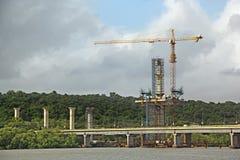 Konstruktion av flodbron i Goa Arkivbild