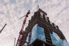 Konstruktion av höghus Konstruktionskranar och skyskrapa arkivbild