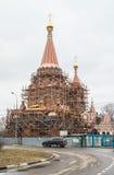Konstruktion av helgonen för kyrka allra på den Filevskaya floodplainen moscow Royaltyfri Foto