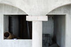 Konstruktion av inre av ett hus som gjordes av grått cement, startade, oavslutad konstruktion av grått cement royaltyfri foto