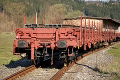 Konstruktion av järnvägsspår Järnväg infrastruktur Järnvägbil som laddas med stänger Stänger på en vagn som är klar för spår royaltyfria bilder