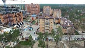Konstruktion av lägenhethus sikt från ovannämnt med quadrocopters stock video