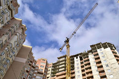 Konstruktion av mång--våning en bostads- byggnad royaltyfria bilder
