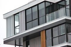 Konstruktion av moderna bostads- byggnader kombinationen av olika material och texturer i designen lämplig orientering fotografering för bildbyråer