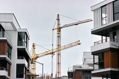 Konstruktion av moderna bostads- byggnader kombinationen av olika material och texturer i designen lämplig orientering arkivbilder
