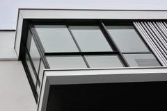 Konstruktion av moderna bostads- byggnader kombinationen av olika material och texturer i designen lämplig orientering royaltyfria bilder