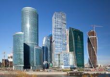 Konstruktion av moderna skyskrapor i Moskva Royaltyfri Fotografi