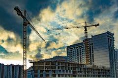 Konstruktion av nya bostads- byggnader mot himlen arkivfoton