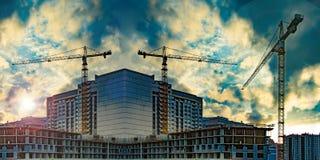 Konstruktion av nya bostads- byggnader mot himlen arkivfoto
