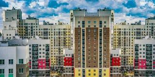 Konstruktion av nya bostads- byggnader mot himlen royaltyfria bilder