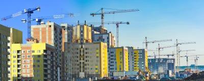 Konstruktion av nya bostads- byggnader mot himlen arkivbild