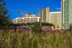 Konstruktion av nya hus i övergav områden royaltyfria foton