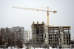 Konstruktion av nya hus i det Litauen Vilnius stadsFabijoniskes området Royaltyfri Bild