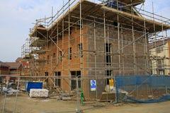 Konstruktion av nya hus med material till byggnadsställning Arkivfoton