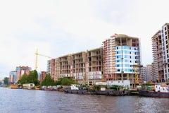 Konstruktion av nya hus om invallning i St Petersburg, Ryssland Arkivfoto