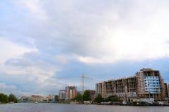 Konstruktion av nya hus om invallning i St Petersburg, Ryssland Royaltyfria Bilder