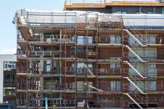 Konstruktion av nya lägenheter med avslutade lägenheter i Arkivfoto