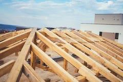 konstruktion av nybygge, timmer- och stråldetaljer av taksystemet royaltyfri foto