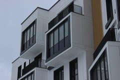 Konstruktion av ram-betong hyreshus med en höghuskran Lyft skjulet upp på bakgrunden av det oavslutat royaltyfri foto