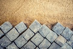Konstruktion av trottoardetaljer, kullerstentrottoar, stenkvarter på sträckning Royaltyfri Foto