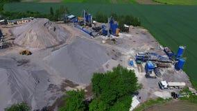 Konstruktion av v?gar Asfaltfabrik Utg?ngs-, spillror- och sandlager f?r asfaltproduktion stock video