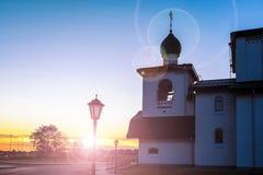 Konstruktion av vit tegelsten med ett mörkt tak Ljus är på trottoaren royaltyfria bilder