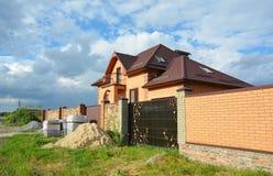 Konstruktion för byggnadstegelstenhus med metalltaktegelplattor, lofttakfönster, balkong royaltyfri fotografi