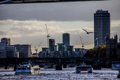 Konstruktion för London flodThemsen på solnedgången Royaltyfria Bilder