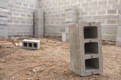 Konstruktion för nytt hus, byggande fundamentväggar genom att använda konkreta kvarter, kopieringsutrymme Arkivfoto