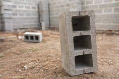 Konstruktion för nytt hus, byggande fundamentväggar genom att använda konkreta kvarter, kopieringsutrymme Royaltyfria Foton
