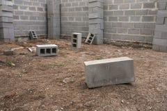 Konstruktion för nytt hus, byggande fundamentväggar genom att använda konkreta kvarter, kopieringsutrymme Arkivbilder