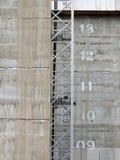 Konstruktion hissar på en developent plats för modern konkret highrise Fotografering för Bildbyråer