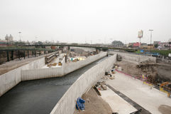 Konstruktion i den Rimac floden - Lima - Peru Royaltyfri Bild