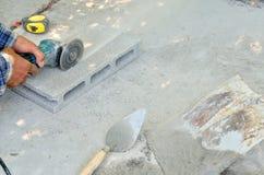 Konstruktion med cementerar hårdnar arbete Arkivfoto