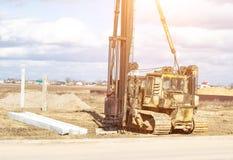 Konstruktion och konstruktion av fundamentet på förstärkta konkreta körande högar i fattig jord, utrustning för körning royaltyfri foto