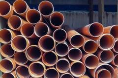 konstruktion pipes den staplade pvc-lokalen arkivbild