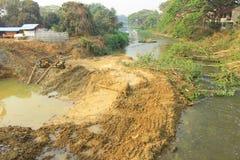 Konstruktion som bygger barriären och vägen för att bevattna att blockera vägen betydde att flöda från PA i den kommande regniga  Royaltyfria Foton