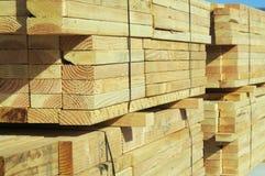 konstruktion staplar trä Arkivfoto