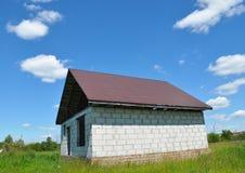 Konstruktion taklägga för konstruktion och för byggande för det nya huset Royaltyfria Bilder