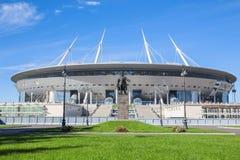 Konstruktionen av den nya fotbollKrestovsky stadion i St Petersburg Royaltyfria Bilder