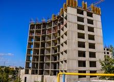 Konstruktionen av en flervånings- byggnad Arkivfoto